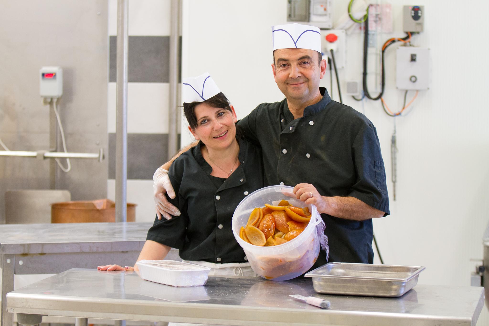 Photo de l'équipe de Laurmar avec des oranges confites pour la préparation du meilleur nougat de qualité
