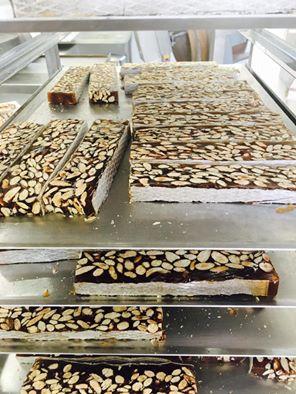 Nougat noir de Provence fabriqué avec du miel de Lavande et prêt pour la vente en ligne au prix au kilo