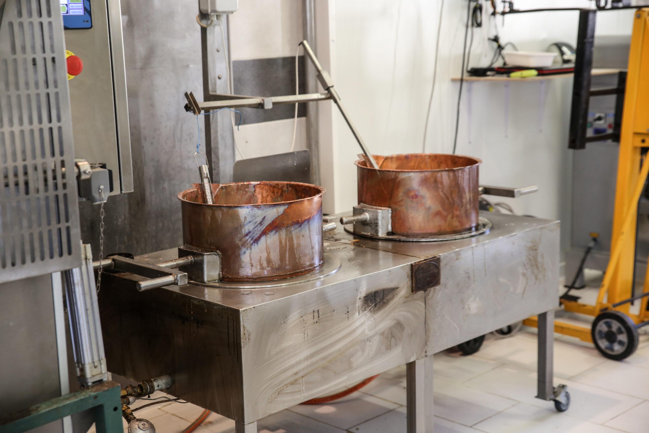 Deux chaudrons contenant du nougat traditionnel, provençal et artisanal