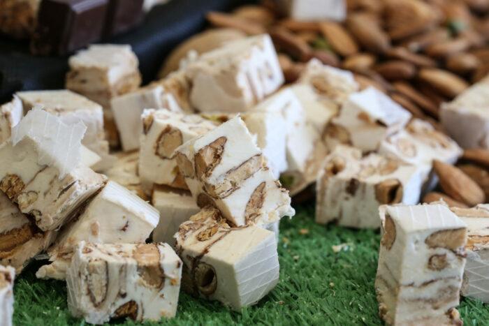 Nougat blanc tendre en domino. Nougat traditionnel et provençal avec une fabrication artisanal au miel de lavande et amandes de Provence.