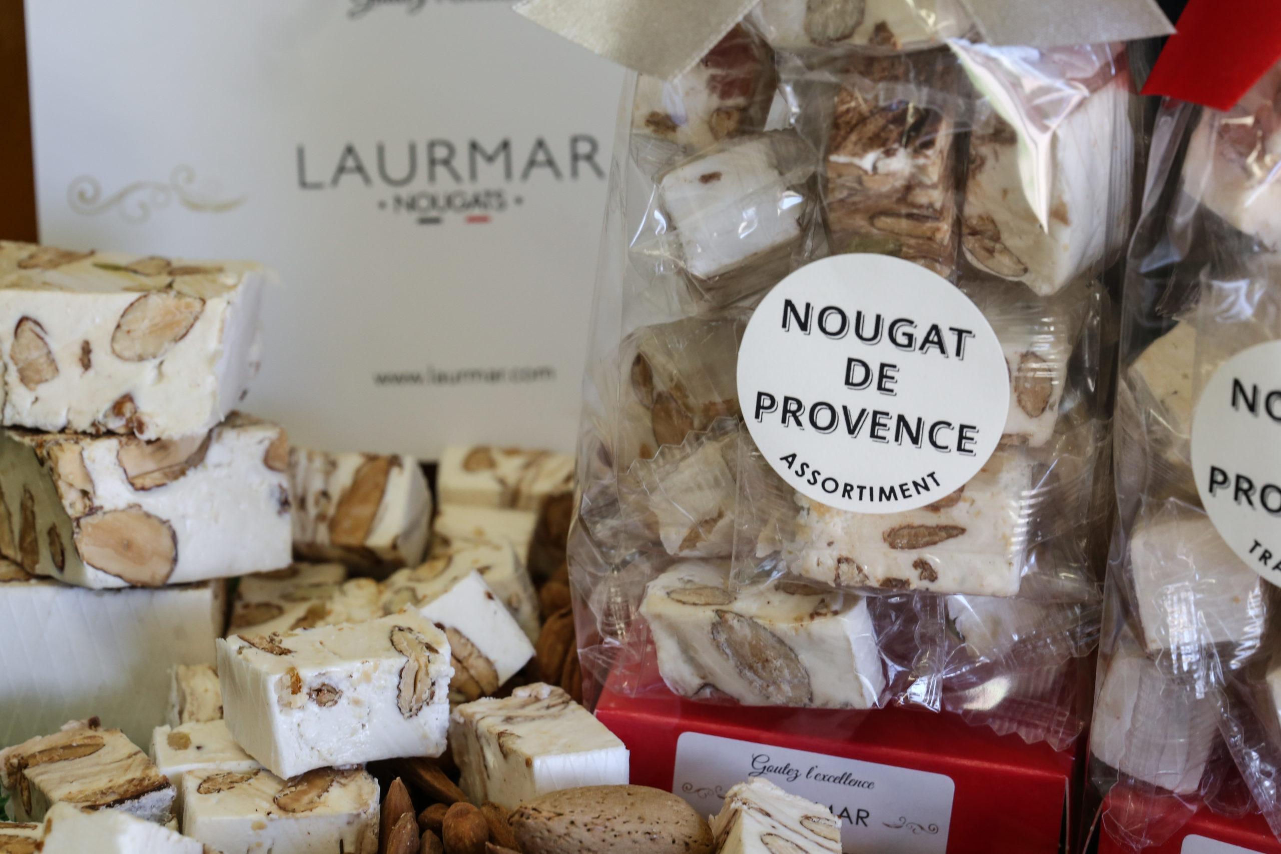 Nougat blanc tendre en domino. Nougat traditionnel et provençal - sachet de Nougat de Provence et nougats au miel sur le côté