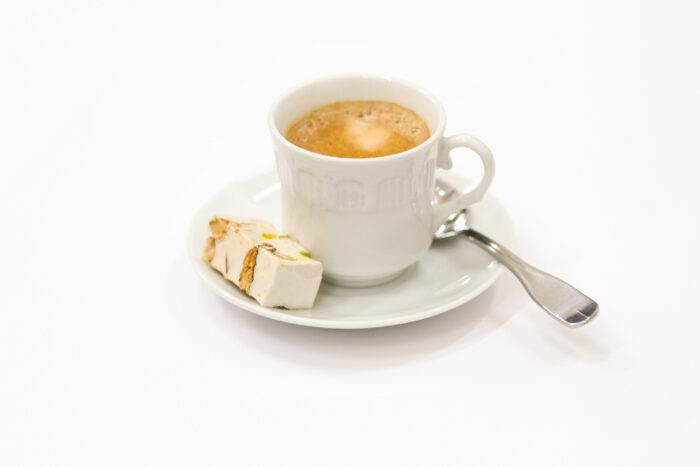 Photo d'un café accompagné d'un nougat artisanal - le meilleur nougat en vente en ligne et prix au kilo